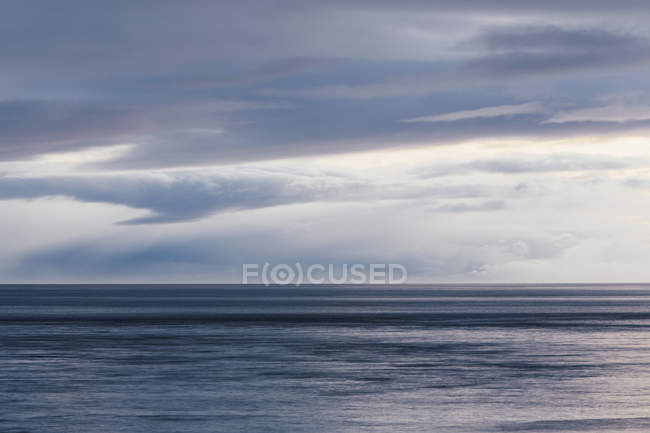 Horizonte com luz nuvens sobre o mar — Fotografia de Stock