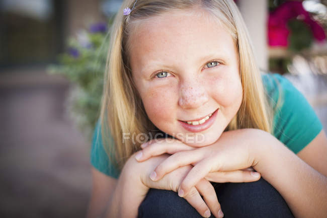 Girl leaning forward and smiling in camera — Stock Photo