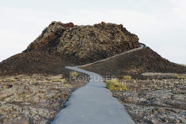 Асфальтова шлях вгору в поля лави — стокове фото