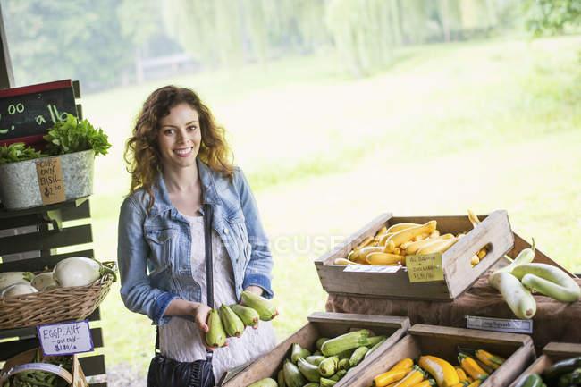 Висока кут зору жінки сортування овочі. — стокове фото