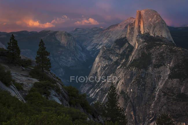 Vue de la formation rocheuse Half Dome — Photo de stock