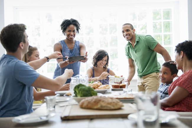 Семья мужчин, женщин и детей за обеденным столом . — стоковое фото