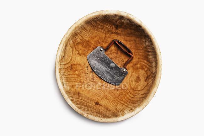 Recipiente per tritare in legno ben indossati con lama in acciaio e maniglia — Foto stock