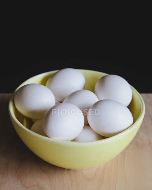 Чаша органических свободного выгула белые яйца на столе — стоковое фото