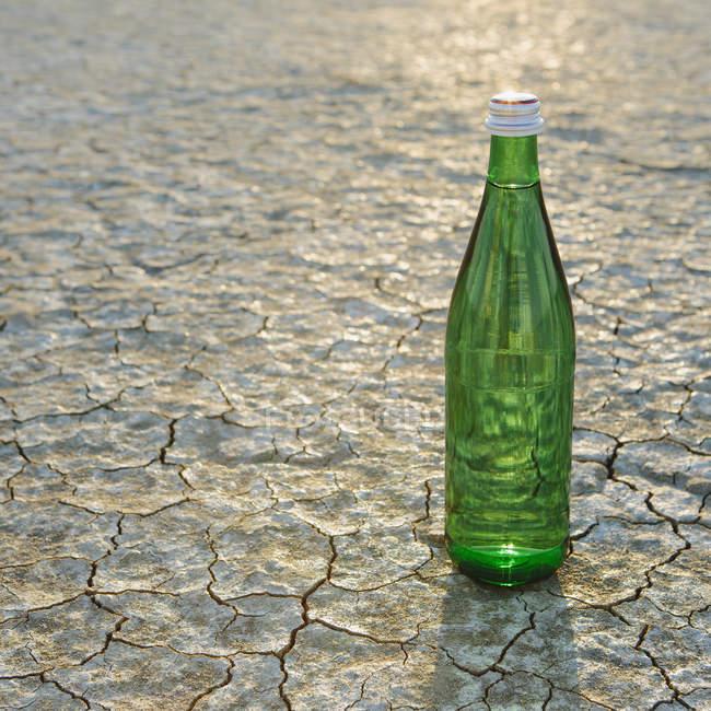 Botella de vidrio de agua en el desierto de Black Rock en Nevada - foto de stock