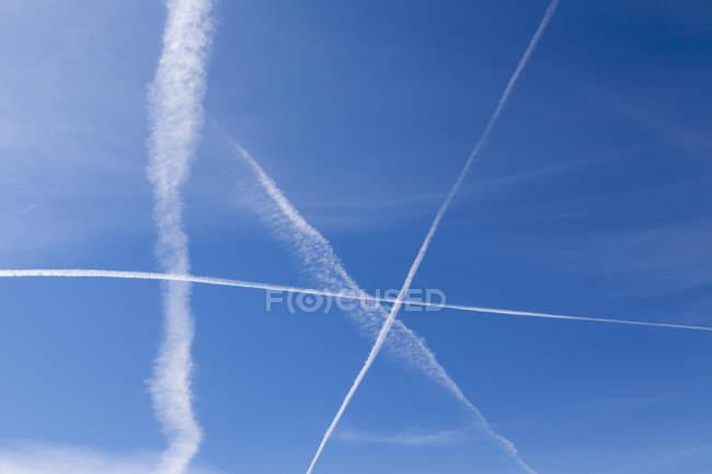 Реактивный след через голубое небо — стоковое фото
