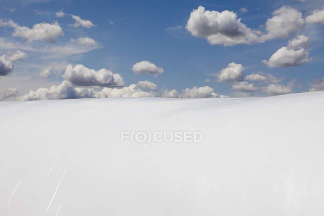 Большой пластиковый брезент на открытом воздухе под облачным небом . — стоковое фото
