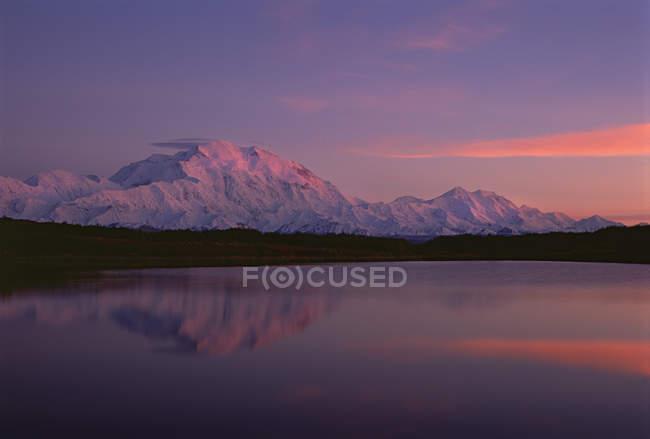 Pôr do sol no Monte Mckinley refletindo no lago no Parque Nacional Denali, Alasca. — Fotografia de Stock