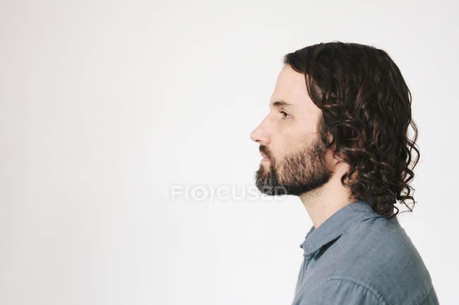 Голова и плечи молодого человека с бородой, вид сбоку . — стоковое фото