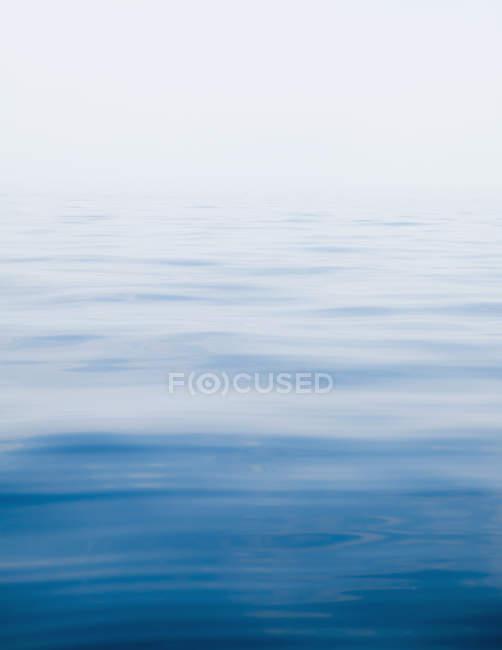 Вода поверхня спокійно і ясно озеро — стокове фото