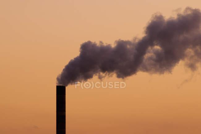 Piuma spessa di fumo proveniente dalla ciminiera della centrale elettrica alimentata a carbone . — Foto stock