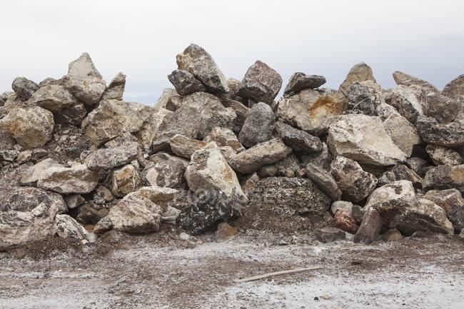 Gros tas de roches utilisées empilés au bord de mer. — Photo de stock