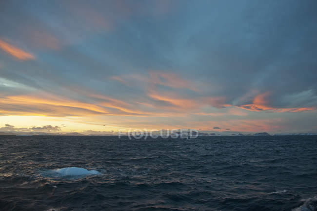 Sunset in Weddell Sea with iceberg in water. — Stock Photo