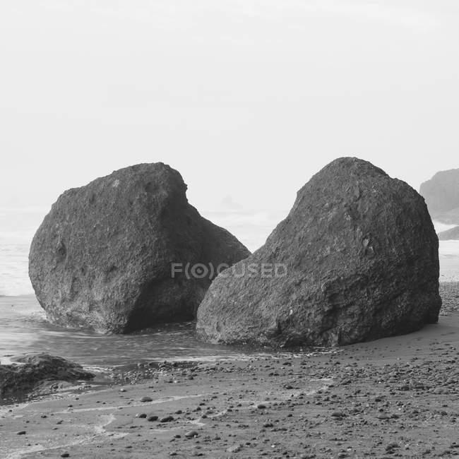 Валуни гірської породи на пляжі Ruby, Олімпійського національного парку, Вашингтон, США. — стокове фото