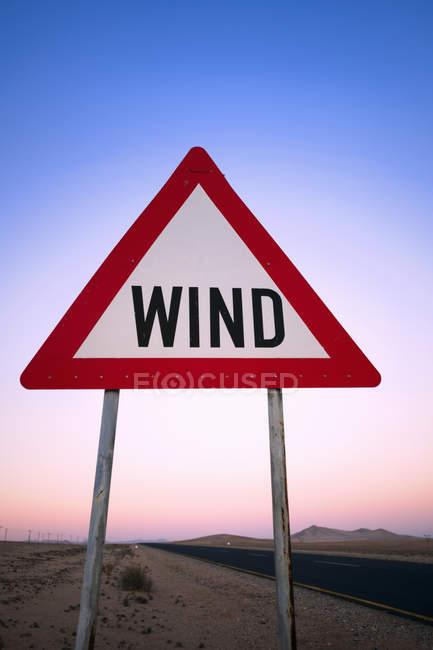 Panneau d'avertissement de vent au bord de la route près de NamibRand Reserve en Namibie . — Photo de stock