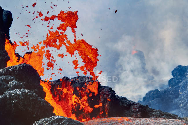 Em erupção de lava no parque de nacional de vulcões do Havaí, Havaí — Fotografia de Stock
