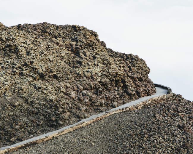 Асфальтова шлях вгору в лава поле кратерів місяця національним пам'ятником і заповідник у Butte County, штат Айдахо. — стокове фото