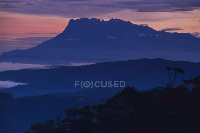 Silhueta do Monte Kinabalu ao amanhecer, Sabah, Bornéu — Fotografia de Stock