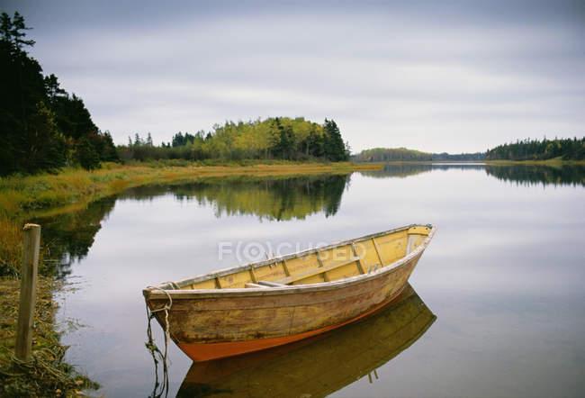 Piccola barca a remi in legno ormeggiata in acque calme nel porto di Savage sull'isola Principe Edoardo in Canada . — Foto stock
