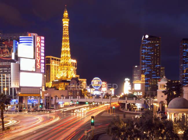 Escena urbana de Strip en Las Vegas con hotel y casino iluminados . - foto de stock