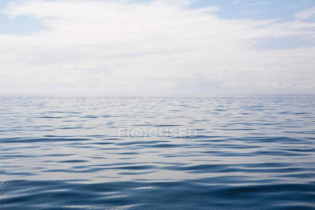Cena costeira de água pela costa de Big Sur, na costa da Califórnia. — Fotografia de Stock