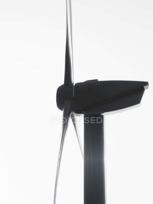 Éolienne sur fond blanc lumineux — Photo de stock