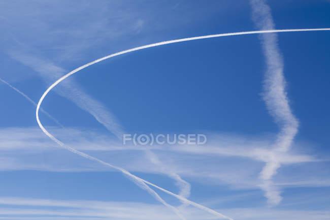 Jet Trails über blauen Himmel, Vollbild. — Stockfoto