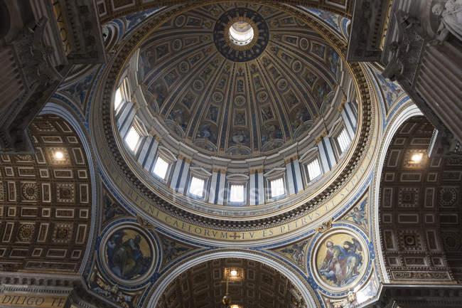 Vista de ángulo bajo de la cúpula de la Basílica de San Pedro en ciudad del Vaticano, Roma. - foto de stock