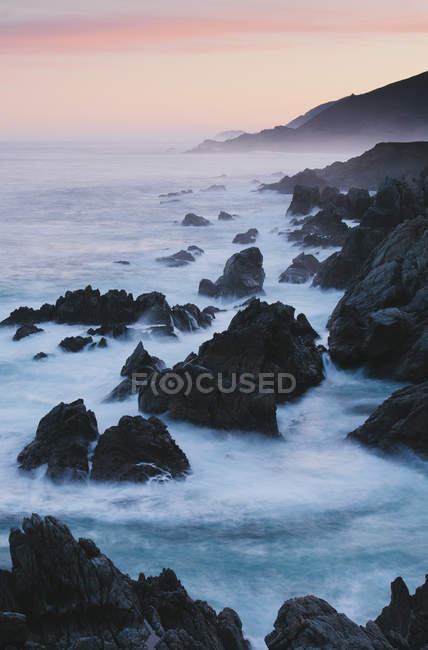 Ondas batendo contra costa rochosa na costa do Oceano Pacífico. — Fotografia de Stock