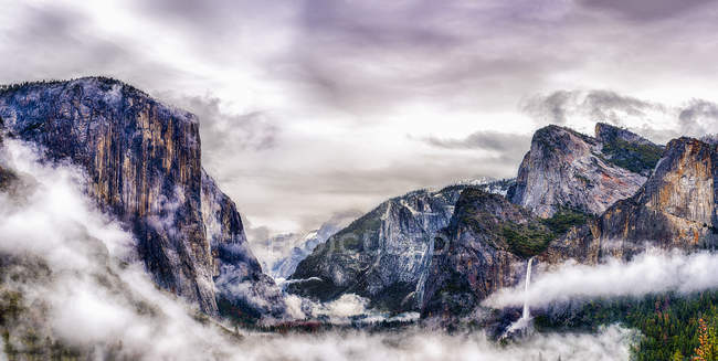 Tunnel View viewpoint to canyon in Yosemite National park in winter with mist rising from valley. — Stock Photo