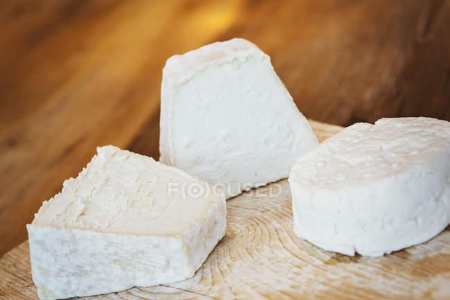 Крупным планом свежий козий сыр на разделочная доска — стоковое фото