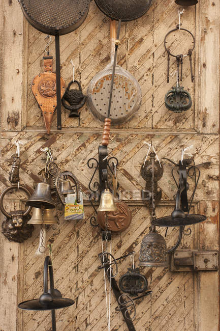 Vintage Tuscan metal household items displayed for sale. — Stock Photo