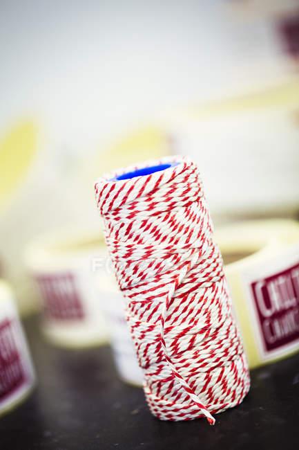 Close-up do rolo de sequência de caracteres de açougueiro vermelho e branco. — Fotografia de Stock