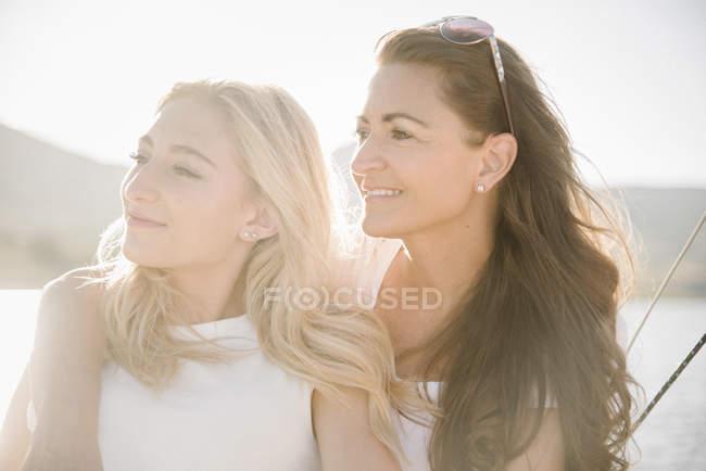 Madre con la figlia adolescente su barca a vela al lago. — Foto stock