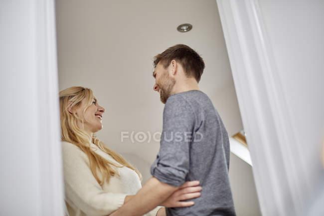Mann und Frau blickte auf jede andere, niedrigen Winkel anzeigen durch Tür. — Stockfoto