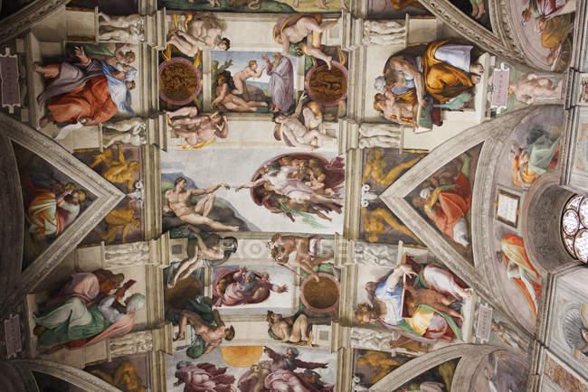 Vista de ángulo bajo de techo de Miguel Ángel en la Capilla Sixtina en ciudad del Vaticano, Roma - foto de stock