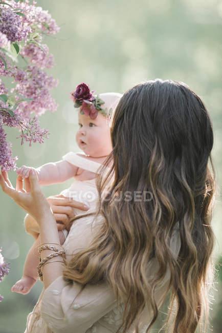 Mulher bonita posando com coroa e brincos | Foto Premium