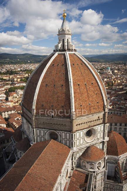 Vista de ángulo alto de la antigua cúpula de la Catedral de Florencia en Florencia, Italia - foto de stock