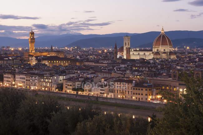 Historische Gebäude in Florenz in der Abenddämmerung, Italien — Stockfoto