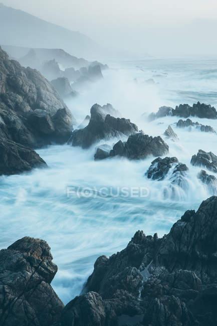 Волны, обрушивающиеся на скалистые берега Тихого океана . — стоковое фото