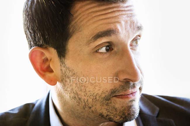 Porträt der Geschäftsmann mit braunen Haaren und Stoppeln im Anzug — Stockfoto