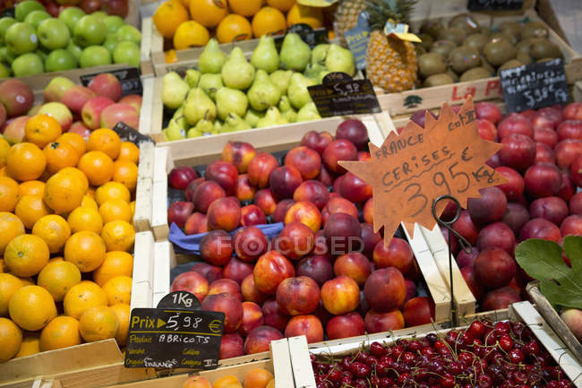 Packed fruit market stall with fresh fruits on display. — Stock Photo