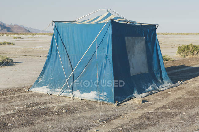 Vieille boueux bleu tente de camping dans le désert de Bonneville Salt Flats, Utah, Usa. — Photo de stock