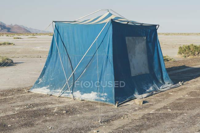 Altes schlammblaues campingzelt in wüste bonneville salzwüste, utah, usa. — Stockfoto