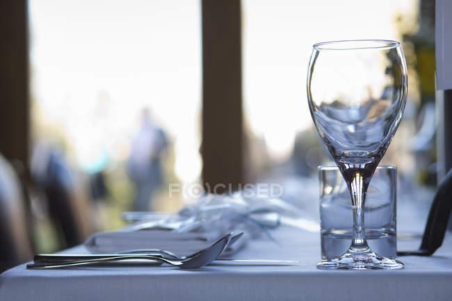 Nahaufnahme von Geschirr und Besteck auf dem Tisch. — Stockfoto