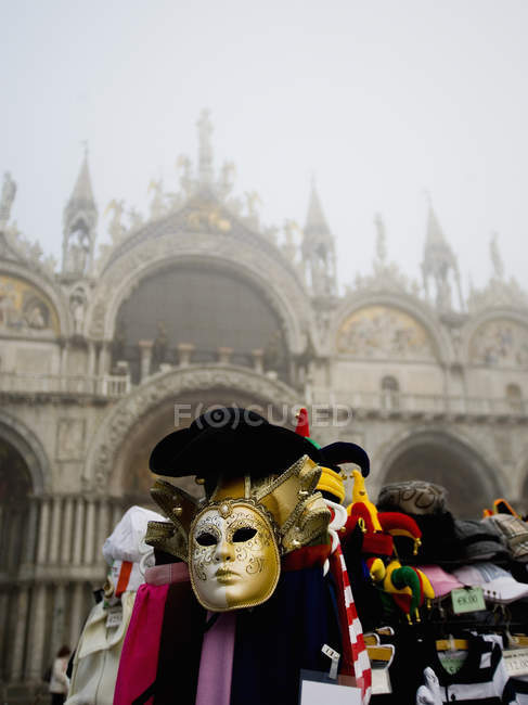 Stall of carnival mask and hats at Piazza San Marco with view of Basilica San Marco, Venice, Italy. — Stockfoto