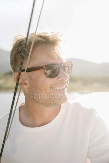 Портрет блондинка с очками на яхте. — стоковое фото