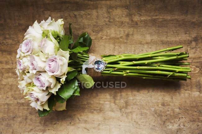 Disposizione di fiore di cerimonia nuziale delle Rose dentellare. — Foto stock
