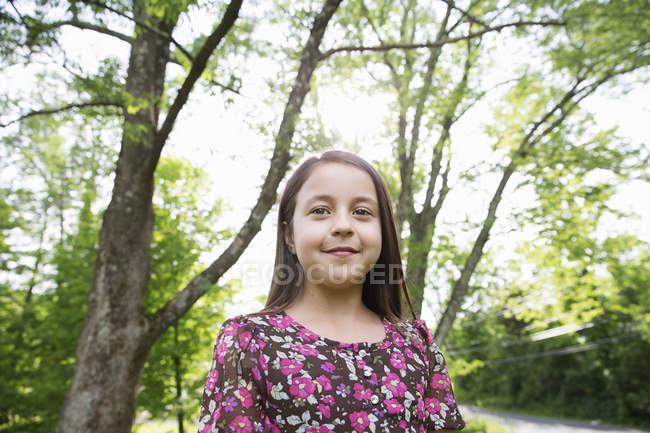 Попередньо підлітків дівчина, відпочиваючи в тіні дерев в саду фермерському будинку. — стокове фото