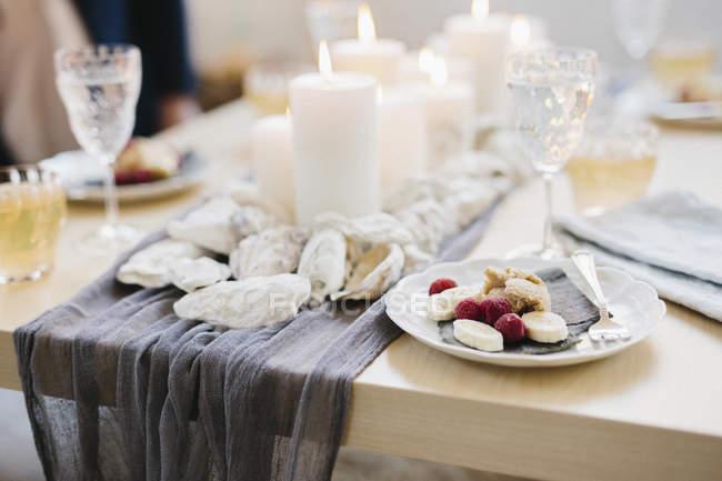 Tabelle für Feier Essen mit Wein Gläser und Teller von Früchten serviert — Stockfoto